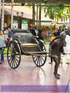 Statua in bronzo all'interno dell'Asiatique (1)