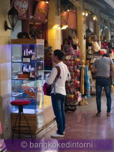 Turisti a spasso tra i negozi