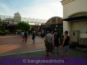 Veduta di un'area di passeggio all'interno dell'Asiatique