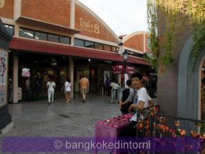 Venditore di luchetti all'Asiatique di Bangkok