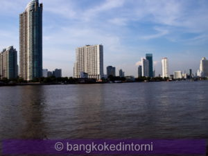 Veduta della sponda opposta del fiume Chao Phraya