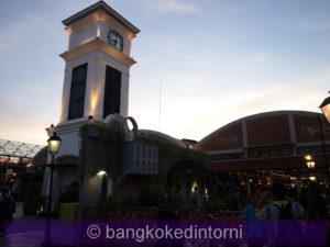 Intorno alla torre ci sono diversi bar e ristoranti che si popolano sul far della sera