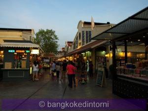 Turisti a passeggio prima di cena. Dopo il tramonto i bar e i ristoranti si riempiono