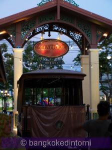 Vecchia carrozza di un tram in esposizione presso una delle entrate