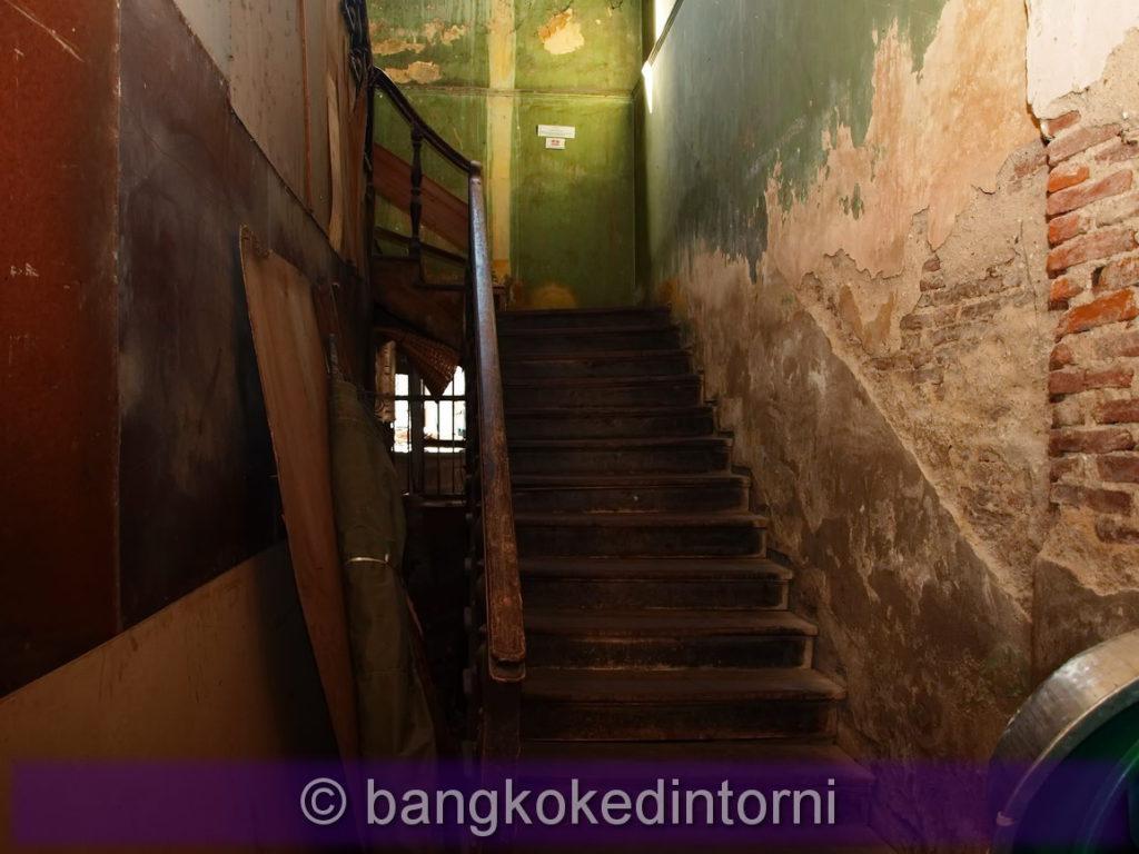 Una delle molte rampe di scale di legno all'interno degli edifici