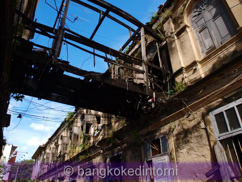 Edifici della vecchia dogana di Bangkok in evidente stato di abbandono