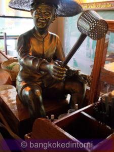 Statua di Ko Hub, celeberrimo venditore di noodles attivo dal 1932 al 1951.