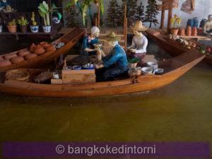 Modellino che riproduce una scena tipica di un mercato galleggiante.