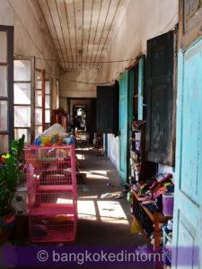 Uno dei tanti corridoi pieni di oggetti ammassati
