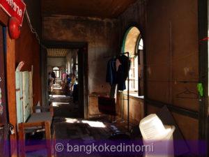 Uno dei tanti corridoi interni pieni di oggetti ammassati da ogni parte