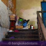 Oggetti ammassati in cima ad una delle tante scale interne alla vecchia dogana