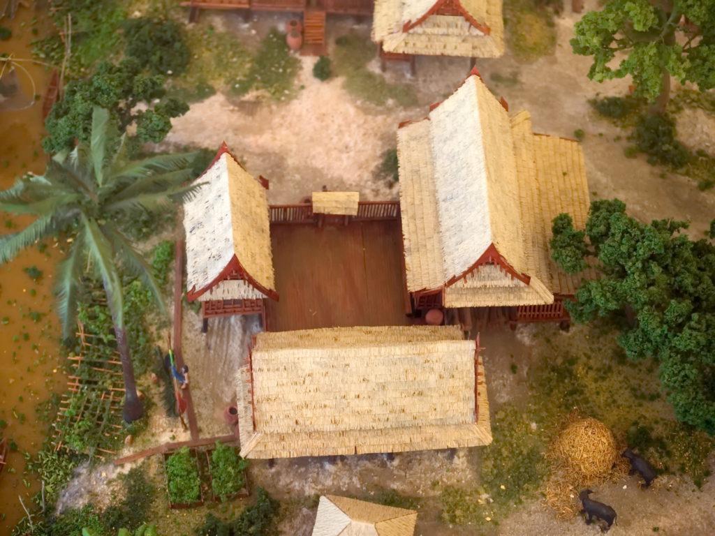 Dettaglio di una miniatura dell'antico insediamento giapponese in mostra al museo